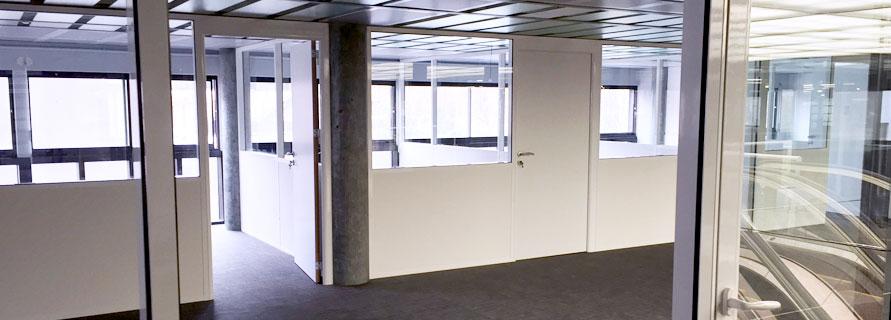 Une cloison de bureau semi-vitrée pour le meilleur compromis